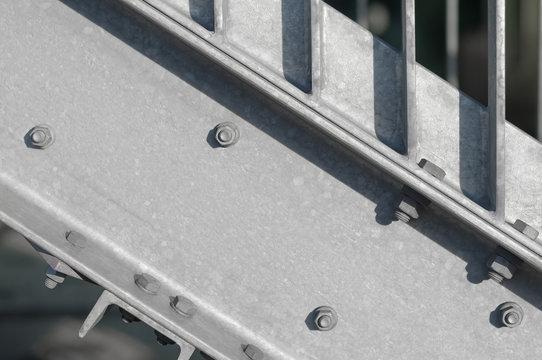 Stabile Außentreppe aus Stahl, Stahlbau, Fluchttreppe, Verschraubung, Metallbau, Montage, Architektur, Bauteile, Sicherheit