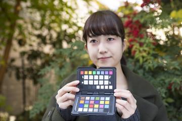 若い女性とカラーチャート