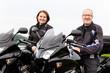 Frau und Mann am Motorrad bei einer Pause