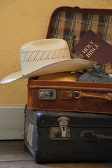 gepackter Koffer mit Kleidung und einer Bibel