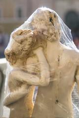 statuetta di amanti in vendita a Roma come souvenir