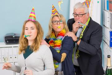 team feiert karneval im büro