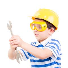kleiner handwerker mit schraubenschlüssel