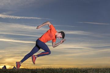 Mann, 21 Jahre, beim Sprintstart in der Leichtathletik