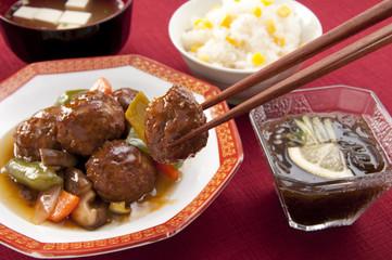 肉団子の甘酢あんかけととうもろこしご飯、味噌汁ともずく酢