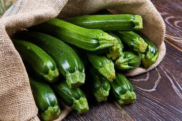 sacco di tela pieno di zucchine