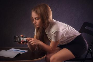Девочка считает на калькуляторе