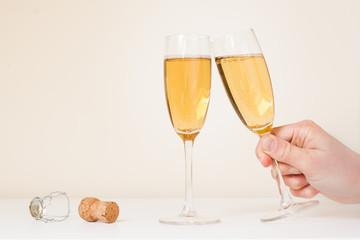 Volle champagneglazen waarvan 1 wordt weggepakt