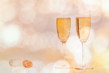 Volle champagneglazen tegen een feestelijke achtergrond