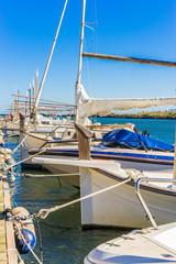 Fischerboote ankern im Hafen