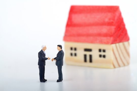 miniature di agente immobiliare che vende una casa