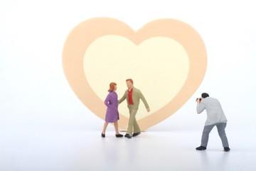 miniatura di fotografo con coppia di innamorati