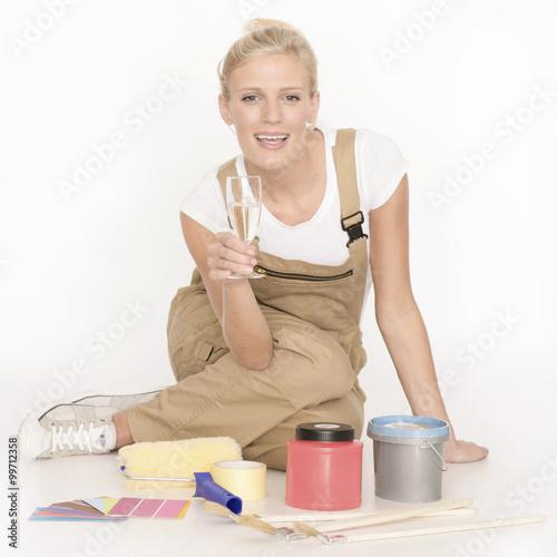 junge frau mit latzhose beim renovieren stockfotos und. Black Bedroom Furniture Sets. Home Design Ideas