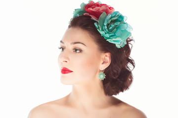 Молодая девушка с венком на голове