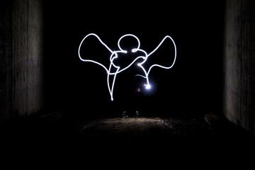 Engel mit Taschenlampe gemalt