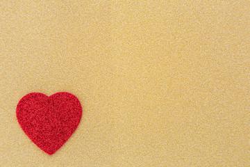 ein rotes Herz auf goldenem Hintergrund
