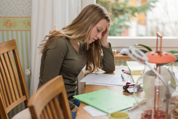 Schülerin macht Hausaufgaben