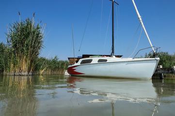 Segelboot und Flaute am Steg
