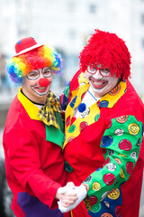 clowns feiern karneval ausgelassen