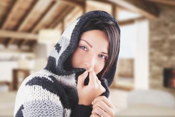 Ragazza con maglione cappuccio freddo