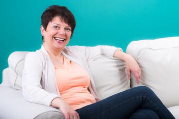 glücklich lachende seniorin