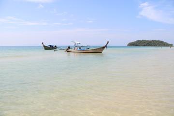 Longtail Boot am Klong Muang Beach bei Krabi / Thailand