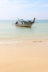 Longtail Boot am Klong Muang Beach bei Krabi / Thailand