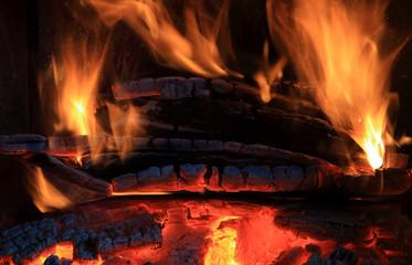 Ogień w kominku, płomień, żar.