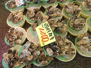 冬の港の市場の牡蠣