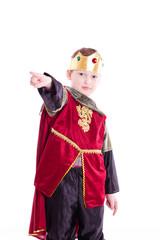 Kind als König zeigt mit Zeigefinger