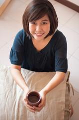 Papiers peints The Woman drink tea.