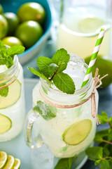 Frische Limonade mit limmeten und Minze