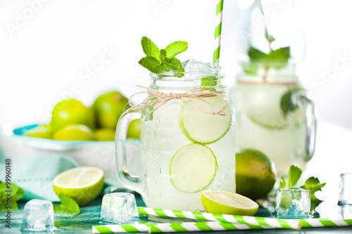 frische limonade mit limmeten und minze stockfotos und lizenzfreie bilder auf. Black Bedroom Furniture Sets. Home Design Ideas