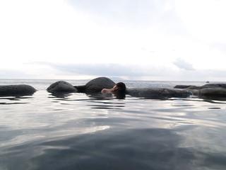 伊豆の海辺の混浴露天風呂の女性
