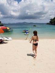 沖縄のリゾートビーチの水着女性