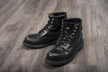 使い込んだ革のブーツ