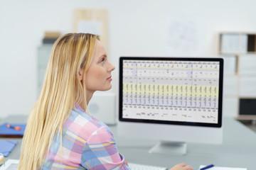 frau im büro arbeitet mit einer tabelle