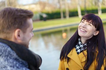 lachendes junges paar im park