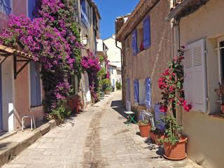 Bougainvillea in den Gassen von Grimaud / Provence, Frankreich