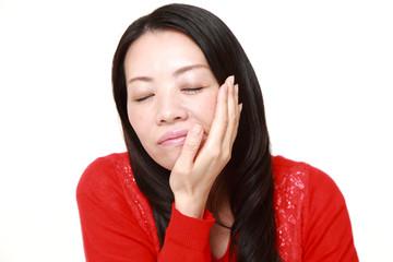 虫歯が痛む女性
