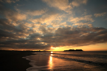 Cloud and shore and Enoshima of the morning glow
