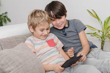 Kinder am Tablet