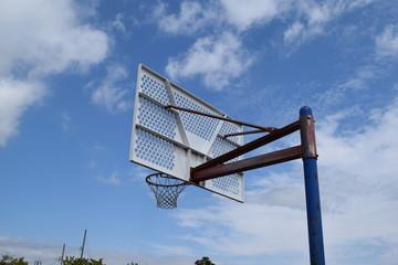 バスケットボールのゴール/晴天のスポーツ施設で、バスケットボールのゴールを撮影した、スポーツイメージの写真です。