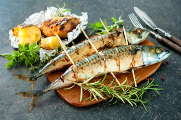 Foto auf Acrylglas Fisch Grilled mackerel fish with baked potatoes