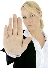 Frau sagt Halt mit ausgestrecktem Arm und einer Armlänge Abstand