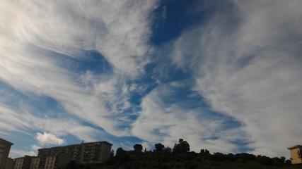 Fantasiosa immagine spettrale nel cielo di gennaio