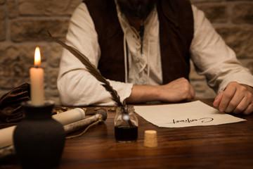 Mittelalter Mann sitzt am Tisch mit Vertrag vor sich, Konzept Bu