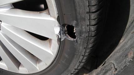 Obraz tire with hole  - fototapety do salonu