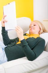 junge frau liest mit freude in einer zeitschrift