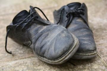 Vecchie scarpe sporche e rovinate
